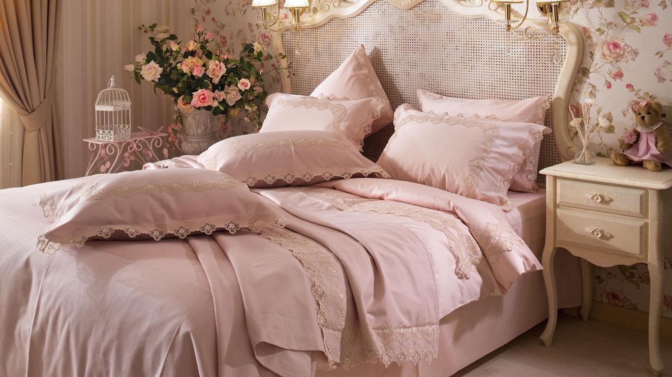 spalnia-krovat-postel-podushki-tsvety-komod-igrushka